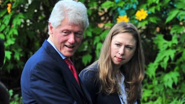 Chelsea Clinton, ici lors d'un déplacement au Kenya avec son ancien président de père, Bill, annonce la sortie d'un livre pour 2016.