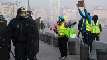 Des gilets jaunes et des policiers à Marseille en décembre dernier  - Image d'illustration - Clément Mahoudeau - AFP