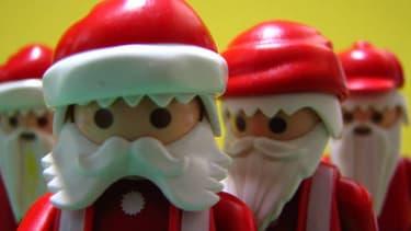 En Albanie et au Kosovo, les pères Noël ont dévoilé leur face cachée.
