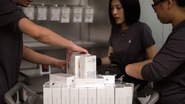 """Apple était accusé d'avoir """"copié"""" le design extérieur du smartphone """"100C"""" de Baili, caractérisé par un bord incurvé et des angles arrondis."""