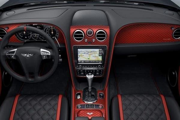 L'intérieur fait la part belle au rouge sombre, il faudra assumer.