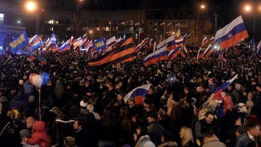 Des milliers d'Ukrainiens fêtent à Simféropol le rattachement de la Crimée à la Russie.