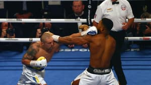 L'Ukrainien Oleksandr Usyk touche le Britannique Anthony Joshua, champion du monde (WBA, IBF, WBO) des poids lourds, lors de leur combat, le 25 septembre 2021 au Tottenham Hotspur Stadium