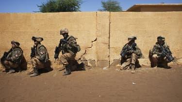 Militaires français à Gao, au Mali. Un troisième soldat français engagé dans l'opération militaire au Mali a été tué samedi dans le nord du pays. /Photo prise le 21 février 2013/REUTERS/Joe Penney