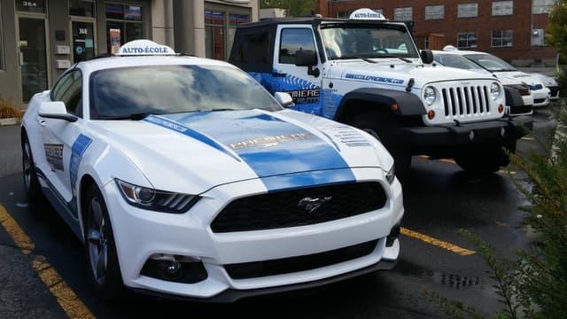 Comme sur cette photo prise au Québec, certaines auto-écoles françaises font des choix originaux pour leurs véhicules à double commande, de la Ford Mustang au Jeep Wrangler.