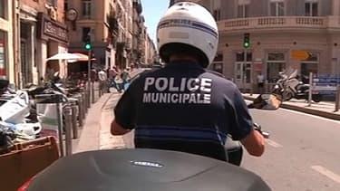 Un policier municipal dans les rues de Marseille.
