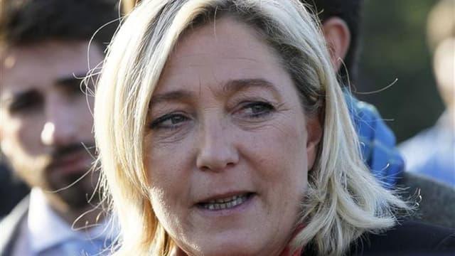 """La présidente du Front national Marine Le Pen estime que l'UMP est """"affaiblie"""" à l'issue d'un scrutin serré et entaché de soupçons de fraude qui a porté Jean-François Copé à sa tête. /Photo prise le 14 novembre 2012/REUTERS/Robert Pratta"""