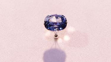 """Le diamant """"Blue Moon"""" est considéré comme historique pour sa pureté et sa couleur intense."""