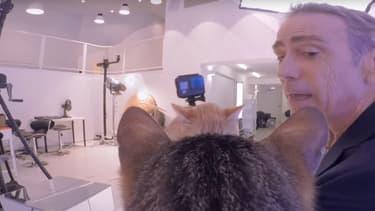 """Alain Chamfort filmé par des chats dans le clip de """"Tout est pop"""""""