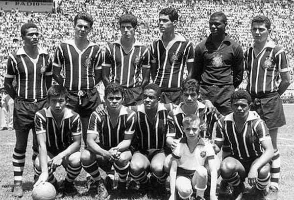 Sergio Echigo (en bas à gauche) et Rivelino (deuxième en bas à partir de la droite) sous le maillot du Corinthians en 1963