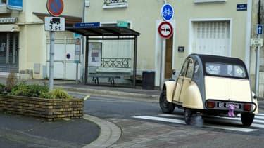 Une Citroën 2CV dans les rues de la commune de Champlan, en Essonne, en banlieue parisienne.