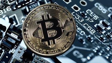 Le prix du bitcoin, première des cryptomonnaies, plongeait lundi de 20%, effaçant une partie des gains vertigineux générés ces dernières semaines.