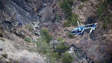 Des hélicoptères survolent la zone du crash de l'A320, dans les Alpes-de-Haute-Provence.