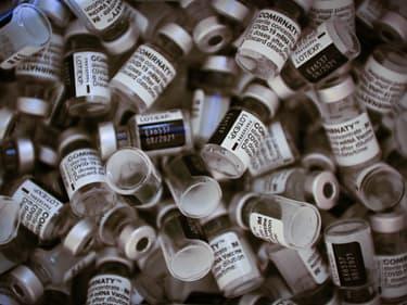 Des flacons du vaccin Pfizer-BioNTech dans un centre de vaccination à Paris, samedi 8 mai 2021