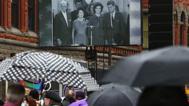 Des habitants de Dallas regardent des images d'archive du président Kennedy, le 22 novembre 2013, 50 ans après son assassinat.