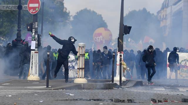 Des violences ont éclaté en marge du défilé du 1er Mai, à Paris.