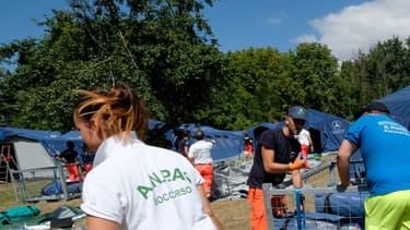 Des secouristes à pied d'oeuvre à Amatrice en Italie, le 25 août 2016.