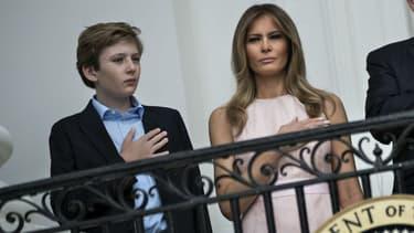 Donald et Melania Trump, accompagnés de leur fils Barron, à la Maison Blanche le 17 avril 2017 - Brendan Smialowski / AFP