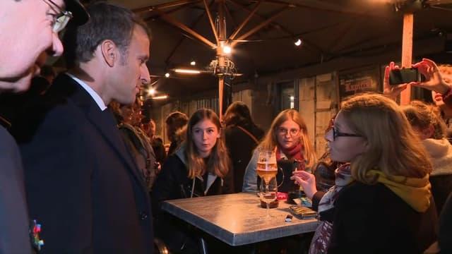 Emmanuel Macron face à des jeunes rouennais attablés en terrasse, ce mercredi.