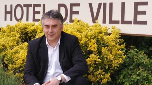 Gilles Bourdouleix devant la mairie de Cholet en 2006.