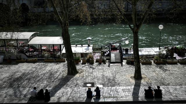 Des promeneurs profitent du soleil à Paris (Photo d'illustration).