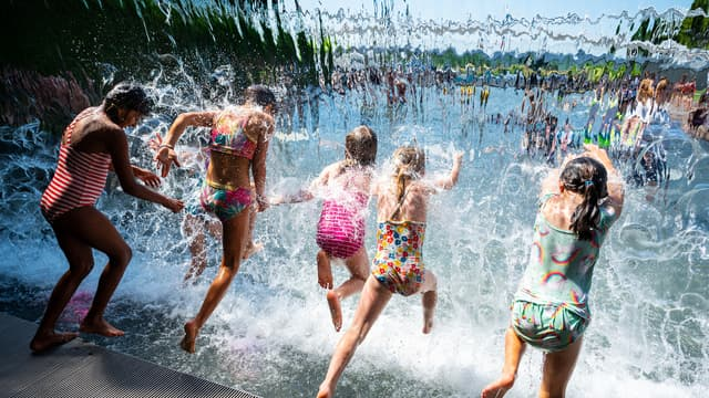 Des fillettes qui se rafraîchissent dans un parc de Washington aux États-Unis le 28 juin 2021