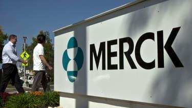 Des employés passent devant un panneau du laboratoire Merck à l'extérieur d'un bâtiment de l'entreprise à Summit dans le New Jersey (Etats-Unis), le 2 octobre 2013