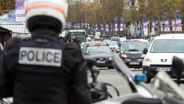 Policiers déployés sur les Champs-Elysées en début d'après-midi ce lundi.