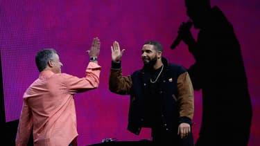 Apple Music a recruté des célébrités, comme le DJ néo-zélandais Zane Lowe, débauché de BBC Radio 1 pour le studio Californien. Ebro Darden animera celui de New York et Julie Adenuga celui de Londres.