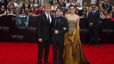 Lors de la première à New York, les acteurs Rupert Grint, Daniel Radcliffe et Emma Watson (de gauche à droite).Le huitième et dernier épisode de la saga Harry Potter a engrangé la somme record de 92,1 millions de dollars aux guichets lors de son premier j