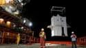 Les ingénieurs de BP ont entamé vendredi la mise en place d'un dôme de confinement en acier afin de pomper le pétrole qui s'écoule dans le golfe du Mexique depuis le naufrage d'une plateforme de forage. /Photo prise le 6 mai 2010/REUTERS/Gardes-côtes amér