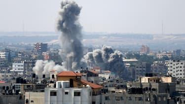De la fumée s'élève au dessus de la ville de Gaza après une frappe israélienne, le 23 août 2014.