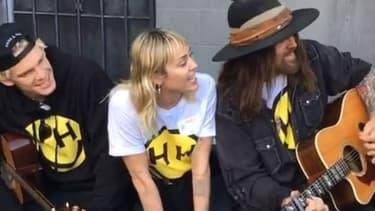 Miley Cyrus entourée de son petit ami Cody Simpson et de son père, Billy Ray Cyrus
