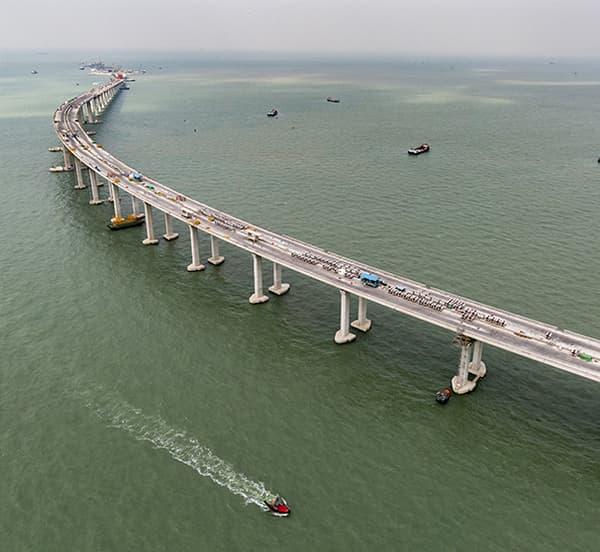 Ce pont supporte une autoroute à deux fois trois voies, au-dessus des eaux profondes de l'ouest de Hong Kong.