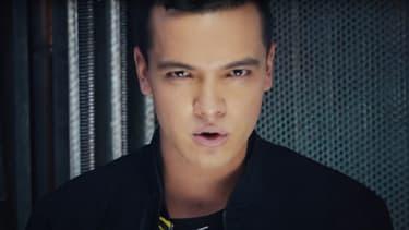 """Sebastián Athié dans le clip d'une chanson enregistrée pour la série """"O11CE"""""""