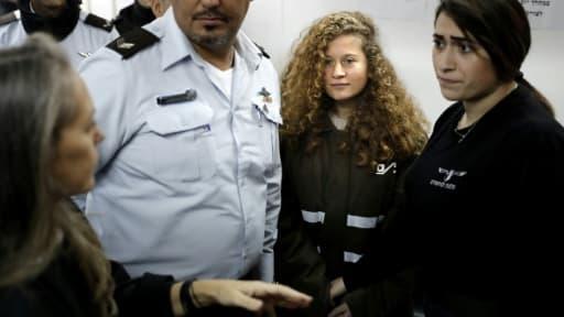 Ahed Tamimi (C), 16 ans, devant le tribunal militaire israélien d'Ofer en Cisjordanie occupée, le 15 janvier 2018