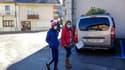 Des personnes portant des masques de protection à La Balme-de-Sillingy, en Haute-Savoie, le 28 février 2020.