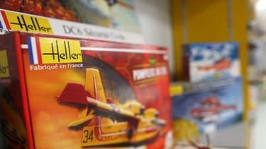 La PME en difficulté est née de la fusion en 1999 d'Heller, spécialisé depuis 1957 dans les maquettes et de Joustra, le concepteur du Télécran et de jeux créatifs, fondé en 1934.