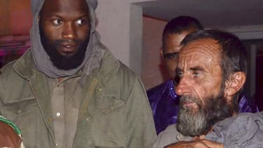 Thierry Dol et Daniel Larribe après leur libération, le 29 octobre 2013 à Niamey (Niger)