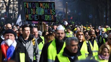 Des gilets jaunes défilent à Paris