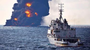 Au loin, l'incendie provoqué par le naufrage du Sanchi, le 14 janvier 2018 au large des côtes chinoises.