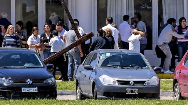 Les proches des victimes dans le désarroi à la base navale de Mar Del Plata.