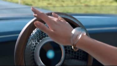 En effleurant ce volant, le véhicule peut démarrer. En le repoussant il ralentit. Honda imagine comment un volant peut tout de même être utile dans une voiture autonome.