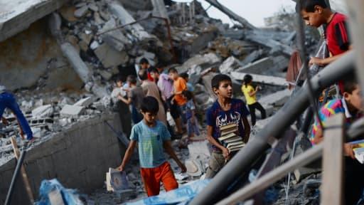 La bande de Gaza toujours soumise aux frappes israéliennes, va dimanche au-devant d'une journée cruciale.