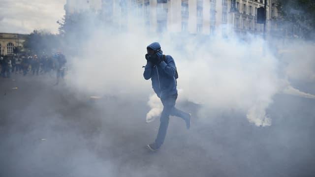 Un manifestant place Denfert-Rochereau, à Paris, au milieu des gaz lacrymogènes le 17 mai 2016