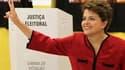 """Dilma Rousseff à sa sortie de l'isoloir dans un bureau de vote de Porto Alegre. La dauphine du président sortant """"Lula"""", devrait remporter le second tour de l'élection présidentielle au Brésil ce dimanche et devenir la première femme à diriger la première"""