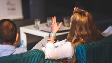 De plus en plus de salariés adoptent une communication agressive avec leurs collègues.