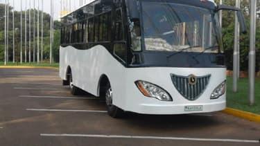 Ce bus fonctionnant grâce à l'énergie solaire possède une autonomie de 80 kilomètres.