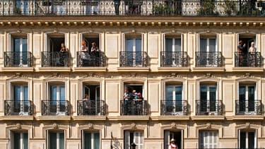 Les immeubles haussmaniens ont généralement six étages et deux balcons.