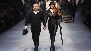 Lors de la présentation de la collection de prêt-à-porter imaginée par Jean-Paul Gaultier pour l'hiver prochain pour Hermès. Le groupe a décidé de mettre fin à sa collaboration avec le couturier. /Photo prise le 10 mars 2010/REUTERS/Benoît Tessier